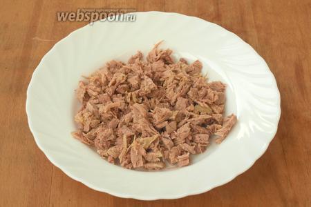 Варёное мясо нарезать кубиками.