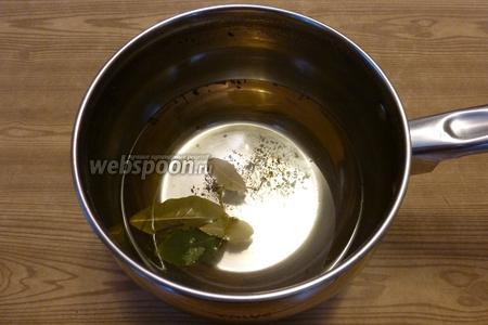 Сварим маринад. На 0,5 литра воды возьмём 0,5 столовой ложки соли и 1,5 ст. л. сахара, 2-3 листика лаврового листа. Когда закипит, вольём уксус. Оставим остывать.