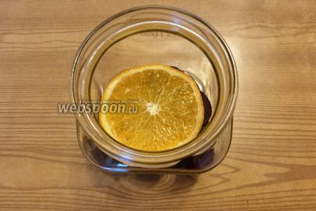 Затем кладём колечко апельсина.
