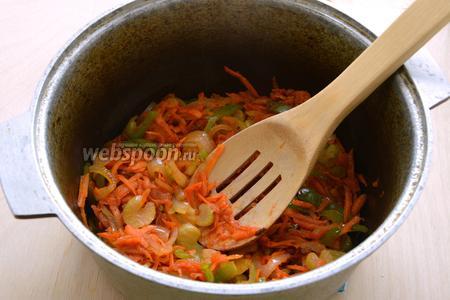 Морковь натрите на крупной тёрке, остальные овощи, кроме капусты, нарежьте небольшими кусочками и потушите на растительном масле с томатный соусом минут 7-8.