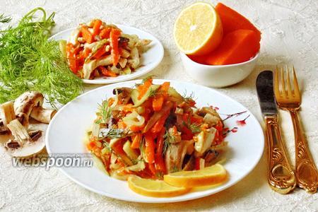 Тёплый салат с курицей, тыквой и грибами