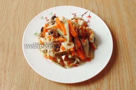 Салат из курицы, тыквы и грибов готов. Подаём в тёплом виде. Очень вкусно.