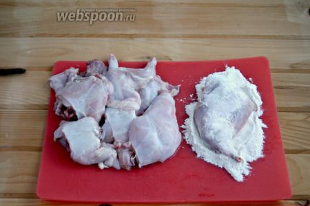 Начать с кролика. Тушку порезать на порционные куски, помыть, обсушить. Обвалять каждую часть в муке, стряхнуть лишнее.