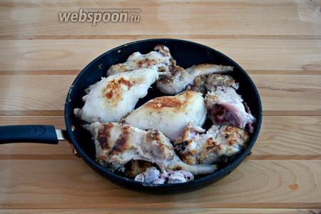 Обжарить мясо на сильном огне, в малом количестве масла, по 1 минуте с каждой стороны.