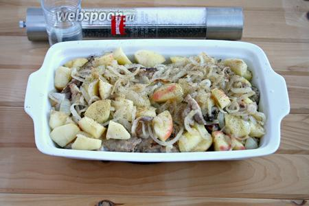 В жаропрочную посуду выложить мясо кролика, покрыть смесью лука, яблок и бекона. Посыпать солью, перцем, добавить воду. Тушить в духовке 1 час, не накрывая. Температура духовки 200°С.