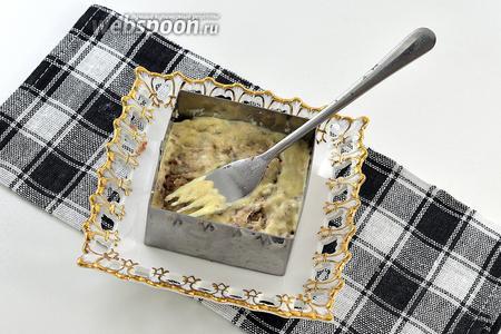 В специальную форму для салатов всё выкладывать слоями. Каждый слой утрамбовывать и смазывать тонким слоем домашнего майонеза. Последовательность слоёв: сардина-яйца-яблоко-сыр.