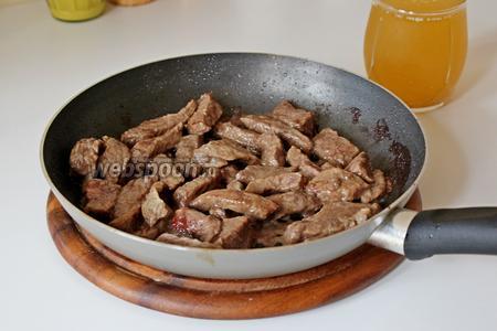 Говядину обжарить на 1 ст. л. растительного масла  до румяности. Залить 1 стаканом бульона или воды.