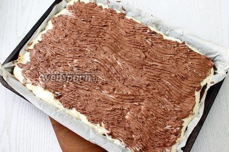Шоколад растворите в микроволновке или на водяной бане. Остудите и перемешайте со сметаной. Выложите глазурь на пирог. Поставьте в холодильник до застывания.