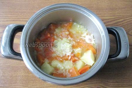 Варим овощи до готовности. Солим и перчим по вкусу, кладём куркуму и измельчённый чеснок.