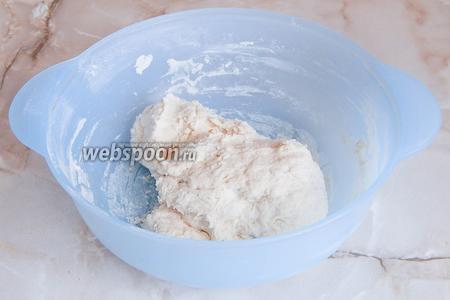 Первым делом необходимо приготовить опару. Для этого в миске смешиваем все ингредиенты из этой группы (воду, муку, соль и дрожжи) и получаем довольно плотный кусок теста. Прикрываем миску полотенцем и оставляем в тепле на 3 часа.