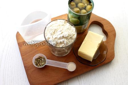 Для приготовления нам понадобятся вода, оливки, рассол оливковый, масло сливочное, итальянские травы, сухие дрожжи, мука пшеничная, соль и сахар.