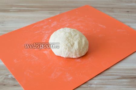 Сформируйте из него шар, прикройте полотенцем и оставьте на 30 минут отдохнуть.
