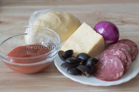Тесто готово к дальнейшей работе, теперь время начинки. Для этого понадобится колбаса, сыр, маслины, лук красный, соус томатный, соль, перец, орегано.