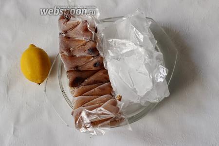 Подавать лимонад будем со льдом и лимоном. Второй лимон нарежем на дольки. У меня обычный лёд и кофейный лёд (обычный кофе, который я заморозила).