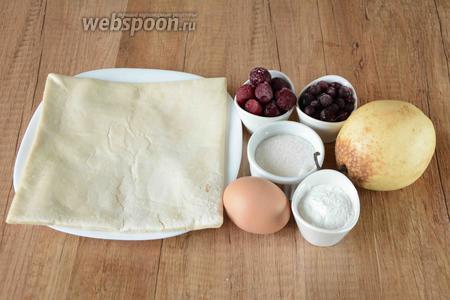 Для приготовления необходимо слоёное тесто, сахар, крахмал, вишня замороженная, смородина чёрная замороженная, груша, куриные яйца.