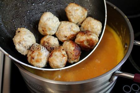 Суп довести до кипения и ввести в него обжаренные фрикадельки.