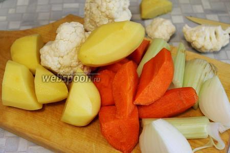 Все овощи помыть, очистить и крупно порезать.
