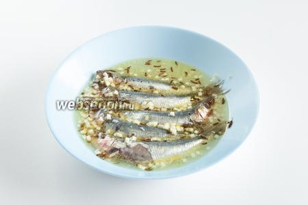 Заливаем рыбу маринадом и оставляем в холодильнике на 2 часа.