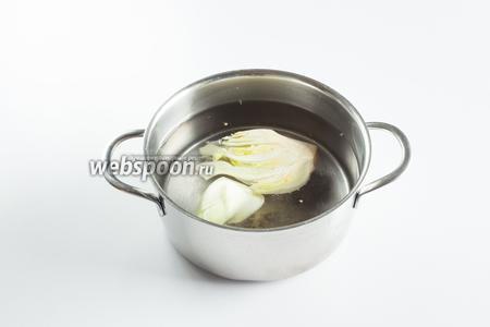 За 20 минут до окончания маринования (или до начала гриленья), кипятим воду и варим в ней фенхель примерно 5 минут.