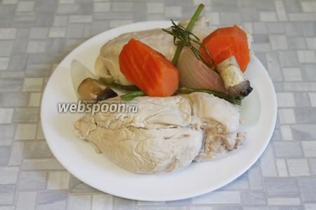 Из бульона вынуть курицу, ножки грибов и овощи.