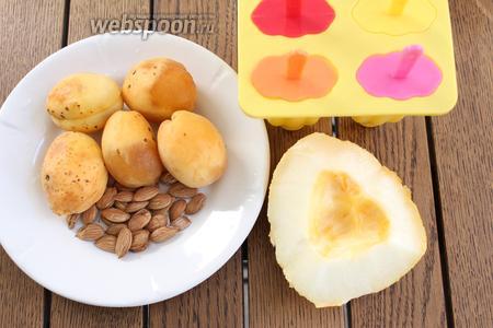 Для приготовления 6 порций мороженого нам понадобятся абрикосы, косточки абрикоса, небольшой кусочек дыни.