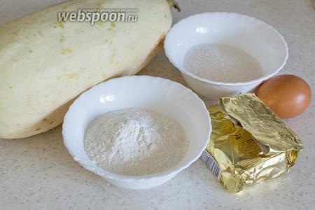 Для оладьев понадобится кабачок, мука, сахар, масло сливочное, яйцо, разрыхлитель и масло растительное для жарки.