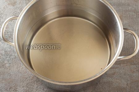 Сахарный песок доводится до кипения в воде. Процедура занимает примерно 7 минут.