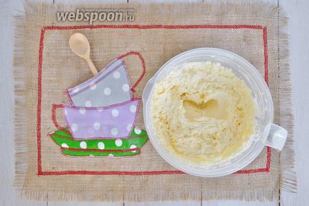 Масло взбить с сахаром и солью, пока масло не посветлеет.
