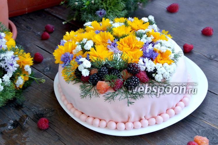 Фото Бисквитный торт с ягодами и живыми цветами