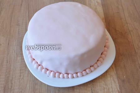 Украшаем шариками основание торта.
