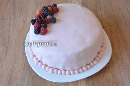 Переходим к оформлению торта. С края торта выкладываем ягоды в любой последовательности. Если ягодки начнут падать, их можно закрепить зубочистками.