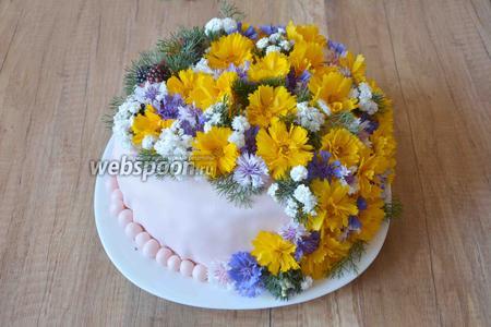 Украшаем торт цветами. Торт готов. Такой торт желательно подавать сразу, чтобы цветы не завяли. Приятного аппетита!