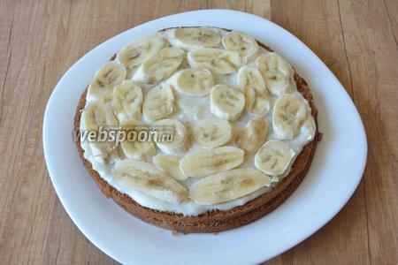 Бананы режем вдоль, выкладываем по спирали на крем.