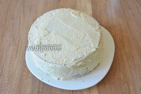 Когда бисквиты собраны, смазываем верхний корж и бока торта масляным кремом. Смазывать нужно хорошо, чтобы все пустоты заполнились кремом.