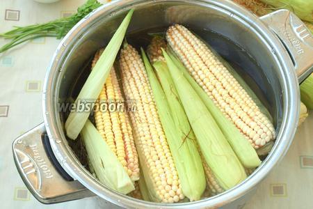 Кукурузу почистить, сложить в кастрюлю и залить холодной водой. На дно, сверху кукурузы, положить несколько листьев и кукурузных рылец для лучшего аромата. Поставить кукурузу на огонь, добавить в воду соль, накрыть кастрюлю крышкой. Варить 40-50 минут. Есть кукуруза, которая варится 20-25 минут.