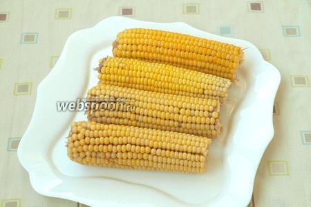 Готовую варёную кукурузу выложить на тарелку, дать ей немного остыть и затем смазать подсолнечным маслом.