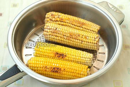 На сухую сковороду выложить кукурузу и обжарить её со всех сторон, нужно чтоб зёрнышки подрумянились.
