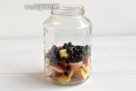 Яблоки и аронию промыть. Яблоки разрезать на 4 части, удалить семенную камеру. У аронии оборвать листья и черешки. Сложить яблоки и аронию в стерилизованную банку.