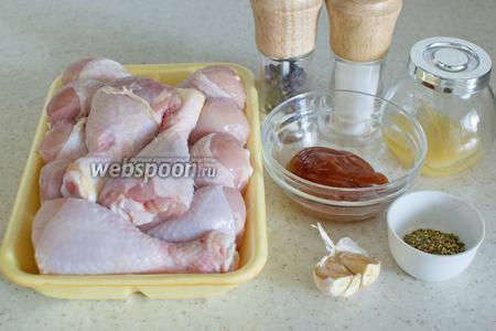 Для приготовления потребуются куриные голени, кетчуп, мёд, чеснок, сок лимона, аджика, соль, перец.