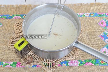 Вольём тонкой струйкой молоко, добавим соль и будем варить, помешивая, до загустения. В готовый соус добавим мускатный орех. Отставим соус в сторону и займёмся приготовлением рагу.