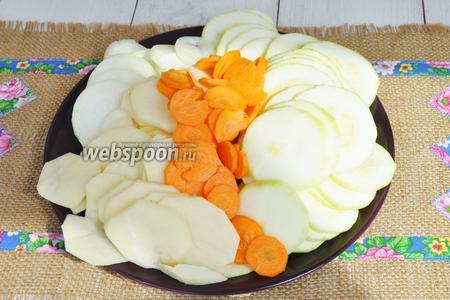 Овощи моем и чистим, и нарезаем тонкими кольцами. Удобно это делать с помощью специальной тёрки.