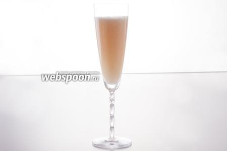 Идеальными бокалами для сервировки коктейля Беллини считаются «флейты» (из них идёт минимальная потеря газов), однако его можно подать и в любых других бокалах для шампанского. Посуда должна быть предварительно охлаждена.