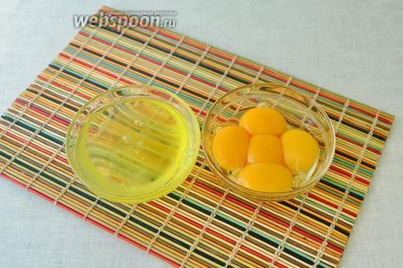 Яйца разделить на белки и желтки. Только, чтобы к белкам не попало ни капли желтка.