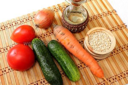 Для приготовления рассольника на зиму нам понадобятся помидоры, огурцы, сахар, лук, морковь, масло и 2/3 стакана перловой крупы.