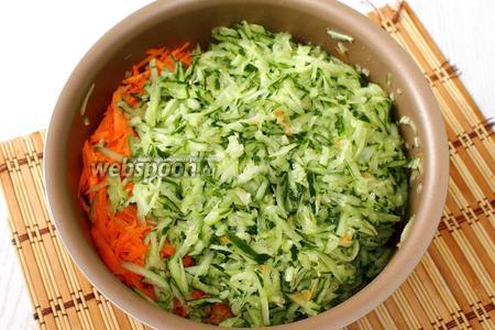 В чашу мультиварки добавляем морковь и огурцы, натертые на тёрке.