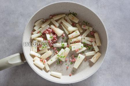Перед самой сервировкой посыпаем жареный дайкон беконом и петрушкой, солим и перчим по вкусу, перемешиваем. Бекон жарить не надо, он должен лишь слегка схватиться.