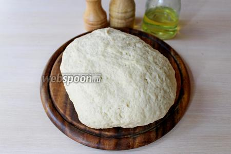 Тесто должно получиться мягкое и эластичное. Завернуть тесто в чистое полотенце и оставить на минут 20 «отдохнуть».