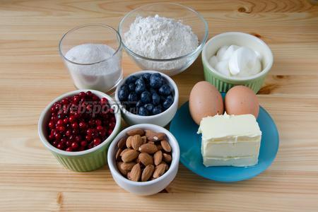 Для пирога нам понадобится мука, миндаль сырой, масло сливочное, сметана, сахар, яйца, разрыхлитель, немного соли, а также голубика и брусника.