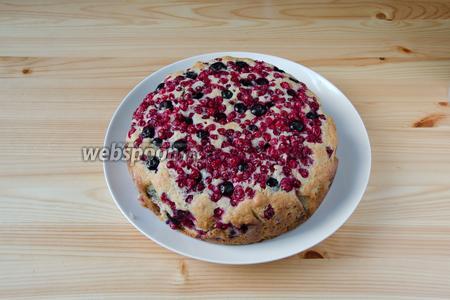 Отправляем пирог в духовку, разогретую до 180°С, примерно на 45-50 минут. Если готовый пирог проткнуть деревянной зубочисткой, то она должна быть сухой.