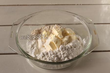В муку добавим мягкое сливочное масло и замесим тесто.